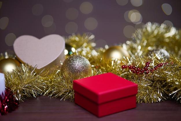 Nahaufnahme schuss von weihnachtsschmuck auf dem tisch mit einem bokeh