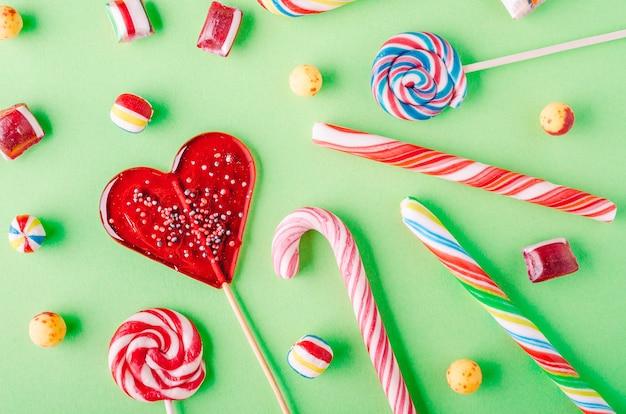 Nahaufnahme schuss von zuckerstangen und anderen süßigkeiten