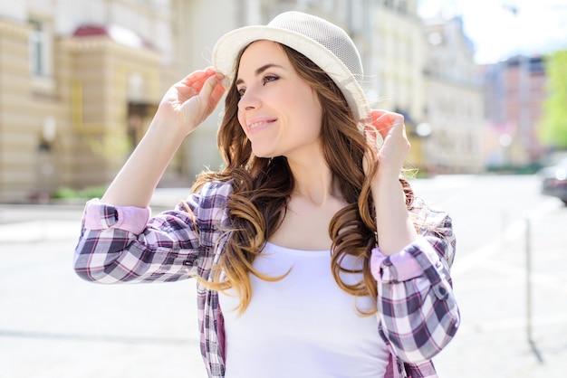 Nahaufnahme seite gedreht kopf profilansicht porträt von sexy sorglosen schönen hübschen hübschen niedlichen dame mit breitem idealem zahnigen strahlenden lächeln langes lockiges gewelltes haar im lässigen karierten hemd weißes t-shirt