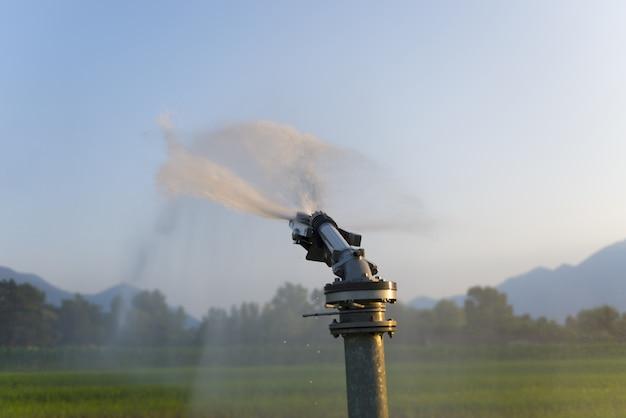 Nahaufnahme selektiver fokusschuss eines automatischen bewässerungssystems