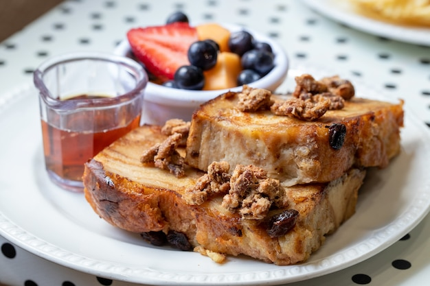 Nahaufnahme selektiver fokusschuss von toast mit pflaumen und früchten, tee an der seite