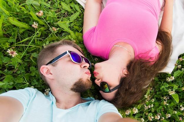 Nahaufnahme selfie eines jungen und attraktiven paares, das sich hinlegt