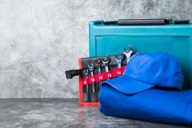 Nahaufnahme sicherheitskleidung mit einem satz schraubenschlüssel