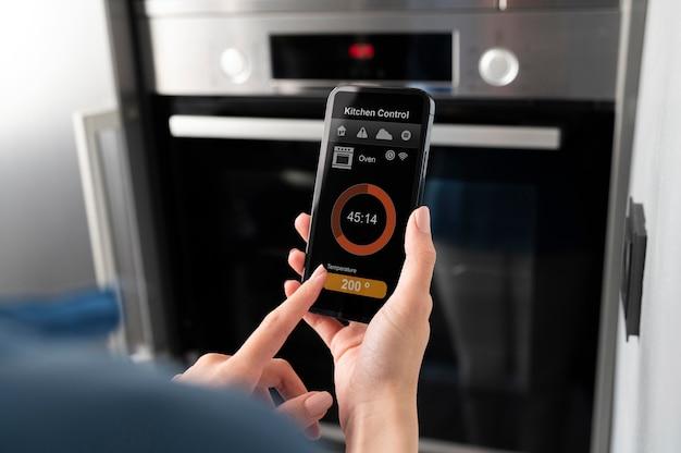 Nahaufnahme smartphone mit küchensteuerung