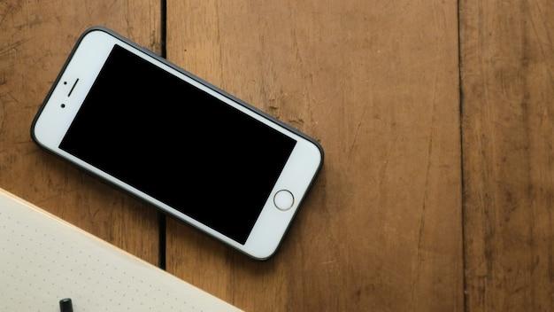 Nahaufnahme smartphone mit vintage-holztisch