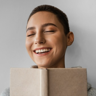 Nahaufnahme smiley frau mit notizbuch