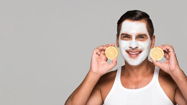Nahaufnahme-smiley-mann mit gesichtsmaske
