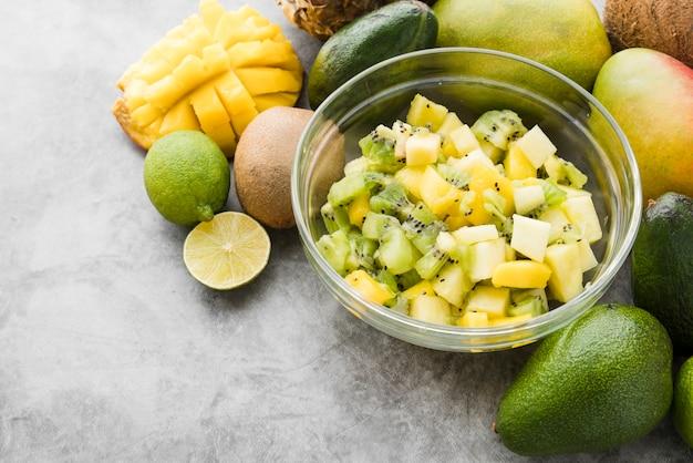 Nahaufnahme sortiment von exotischen früchten auf dem tisch
