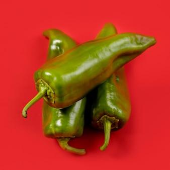 Nahaufnahme sortiment von grünen chilis
