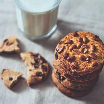 Nahaufnahme stapel von hausgemachten haferkeksen mit schokoladenstücken und erdnuss auf einem textilhandtuch