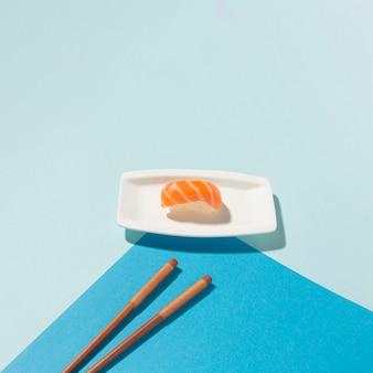 Nahaufnahme-sushi-tageskonzept mit stäbchen