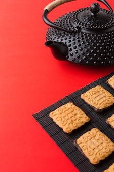 Nahaufnahme teekanne mit frischen keksen auf dem tisch