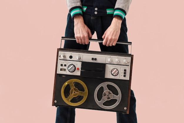 Nahaufnahme-teenager, der kassette hält