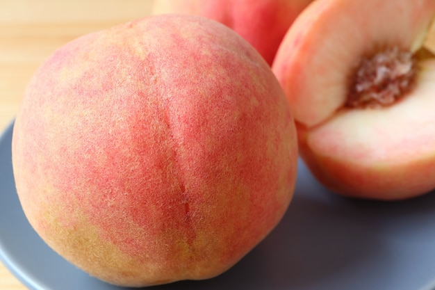 Nahaufnahme textur der haut eines frischen reifen pfirsichs