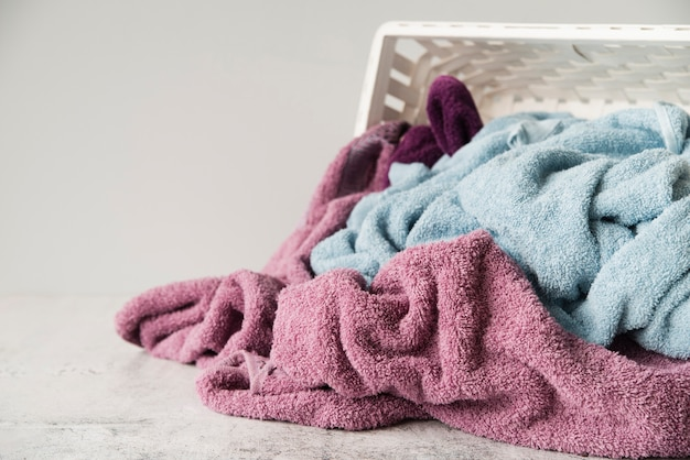Nahaufnahme umgeworfener wäschekorb