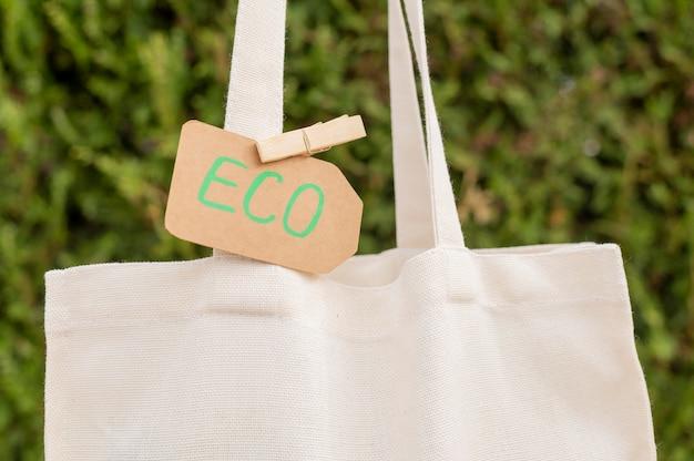 Nahaufnahme-umweltzeichen auf wiederverwendbarer tasche
