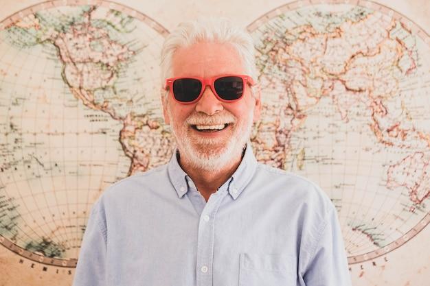 Nahaufnahme und porträt eines reifen mannes mit sonnenbrille mit einer halbkugel im hintergrund - reisender, der über den nächsten besuch nachdenkt