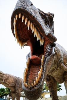 Nahaufnahme und selektiver fokus auf den großen braunen dinosaurier des auges im stuckzoo