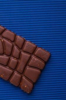 Nahaufnahme ungewöhnlicher milchschokoladenriegel mit relief
