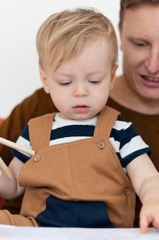 Nahaufnahme vater und süßes kleinkind
