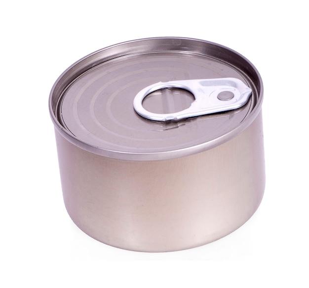 Nahaufnahme verschiedener metall- und weißer blechdose auf weißer oberfläche