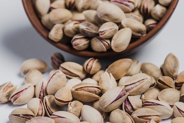 Nahaufnahme verschüttete pistazien und schüssel
