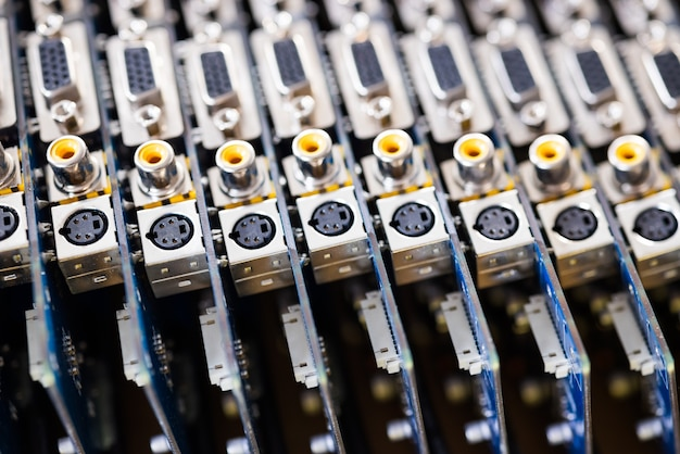 Nahaufnahme verschwommene metallbuchsen auf einer computer-videoplatine. konzept zur herstellung von computerfernsehern und lautsprechern