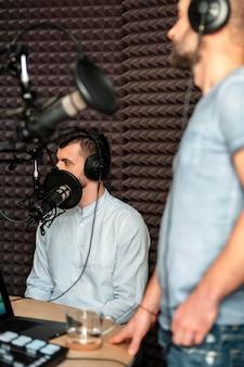 Nahaufnahme verschwommener mann am radio