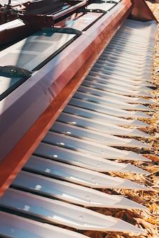 Nahaufnahme vertikales foto von landwirtschaftlichen maschinen auf ackerland.