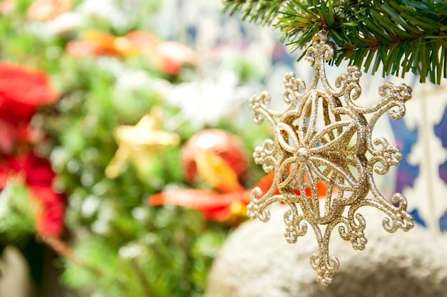 Nahaufnahme verzieren auf weihnachtsbaumhintergrund