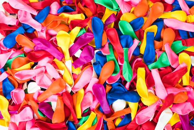 Nahaufnahme vieler bunten kinderluftballons, hintergrund für motive von bunten kinderfesten