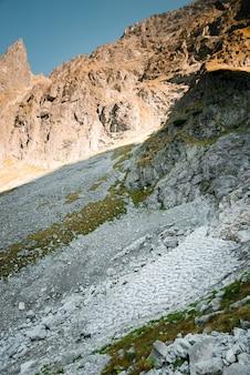 Nahaufnahme vieler steine auf dem tatra-gebirge in polen