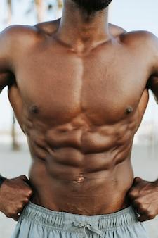 Nahaufnahme von abs auf einem mann fit