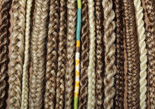 Nahaufnahme von afro pigtails zöpfen, kanekalon-technik mit mehrfarbigen fäden, synthetischen zöpfen