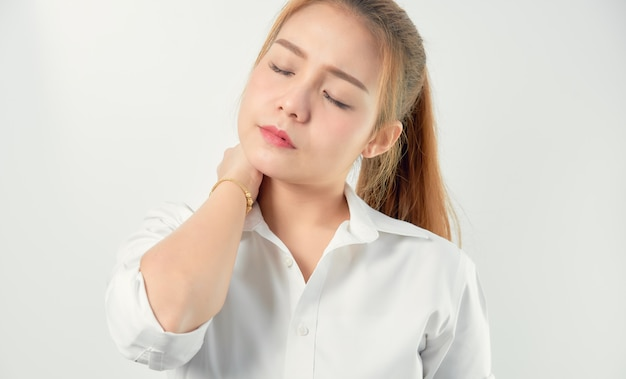 Nahaufnahme von akuten schmerz der asiatinnen in einem hals, in einem gesundheitswesen und in einem medizinischen