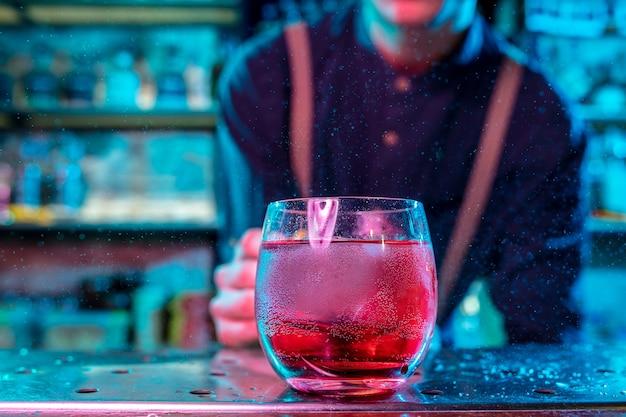 Nahaufnahme von alkoholischen cocktails, getränken, getränken in buntem neonlicht