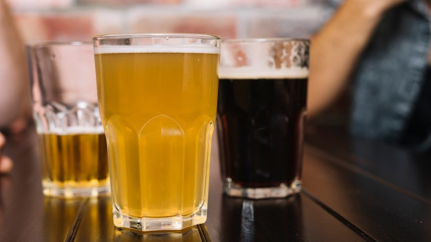 Nahaufnahme von alkoholischen getränken auf holztisch