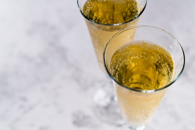 Nahaufnahme von alkoholischen getränken auf konkretem hintergrund