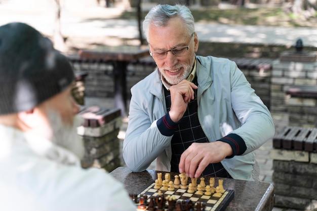 Nahaufnahme von alten männern, die schach spielen