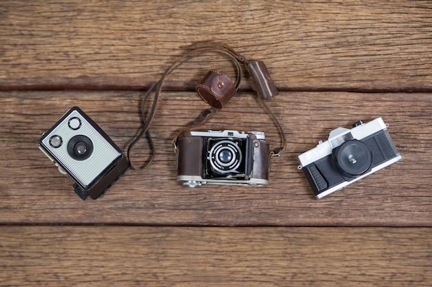 Nahaufnahme von altmodischen kameras auf tisch