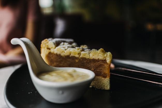 Nahaufnahme von apfelstreuselkuchen im dunklen klassischen café