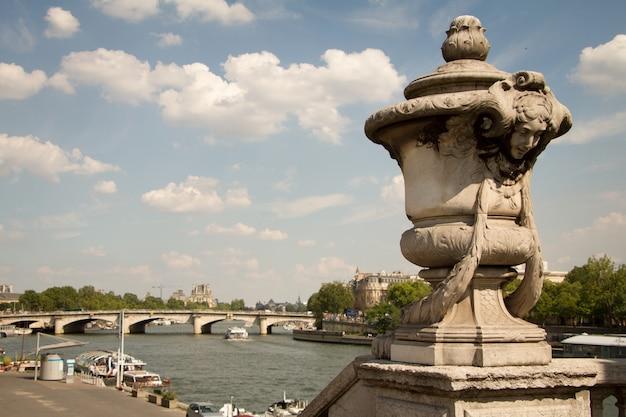 Nahaufnahme von architekturelementen und von statuen auf alexander die dritte brücke in paris