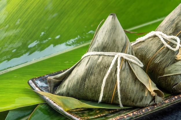 Nahaufnahme von asiatischen chinesischen hausgemachten zongzi - reis knödel essen für dragon boat festival