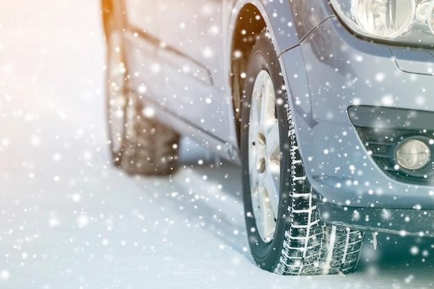 Nahaufnahme von autorädern gummireifen im tiefen winterschnee. transport- und sicherheitskonzept.