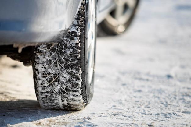 Nahaufnahme von autorädern gummireifen im tiefschnee. transport- und sicherheitskonzept.