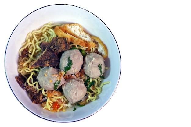 Nahaufnahme von bakso, eine frikadelle mit nudeln, traditionelles essen aus indonesien, draufsicht und isoliert auf weißem hintergrund