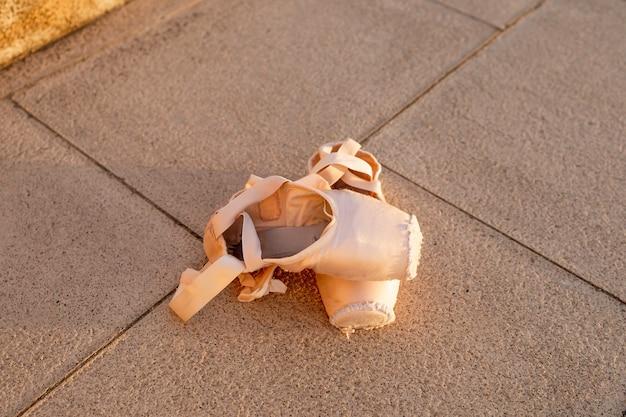 Nahaufnahme von ballettschuhen auf dem boden