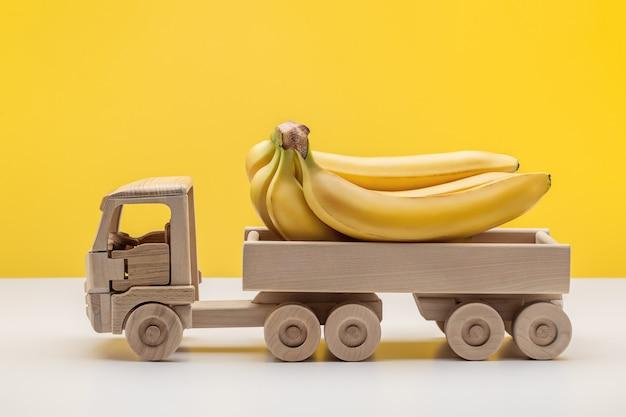 Nahaufnahme von bananen in einem anhänger lkw