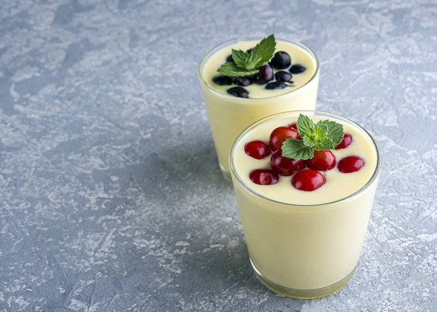 Nahaufnahme von bananenjoghurt und frischen früchten in einem glas