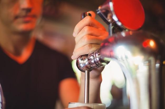 Nahaufnahme von bar tender füllbier von bar pump